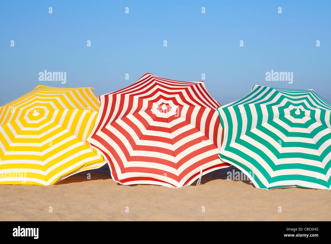 Parasols colorés sur la plage Photo Stock