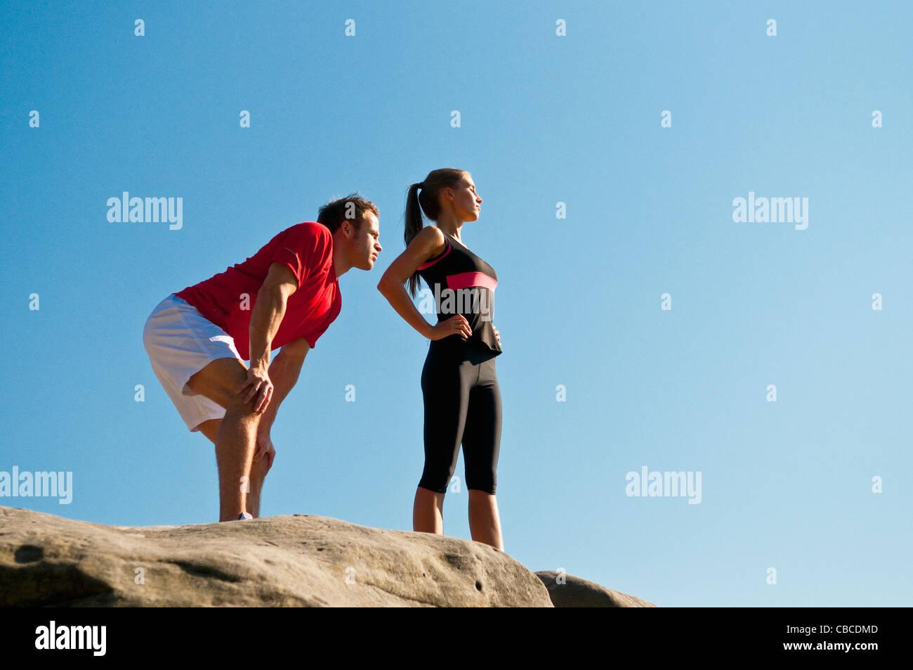 Grimpeurs debout sur boulder Photo Stock