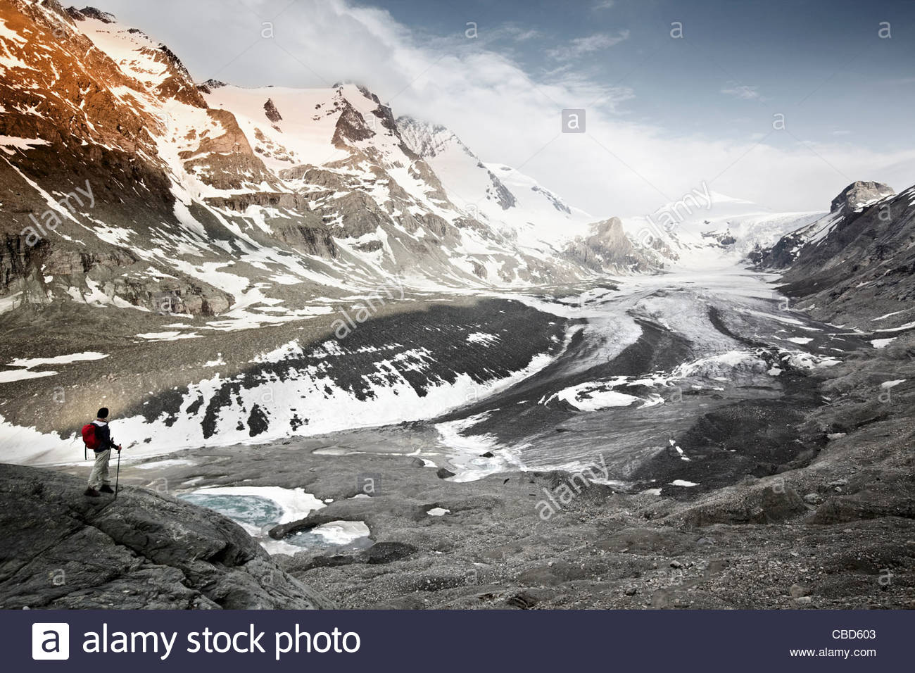 Femme donnant sur le paysage glaciaire Photo Stock