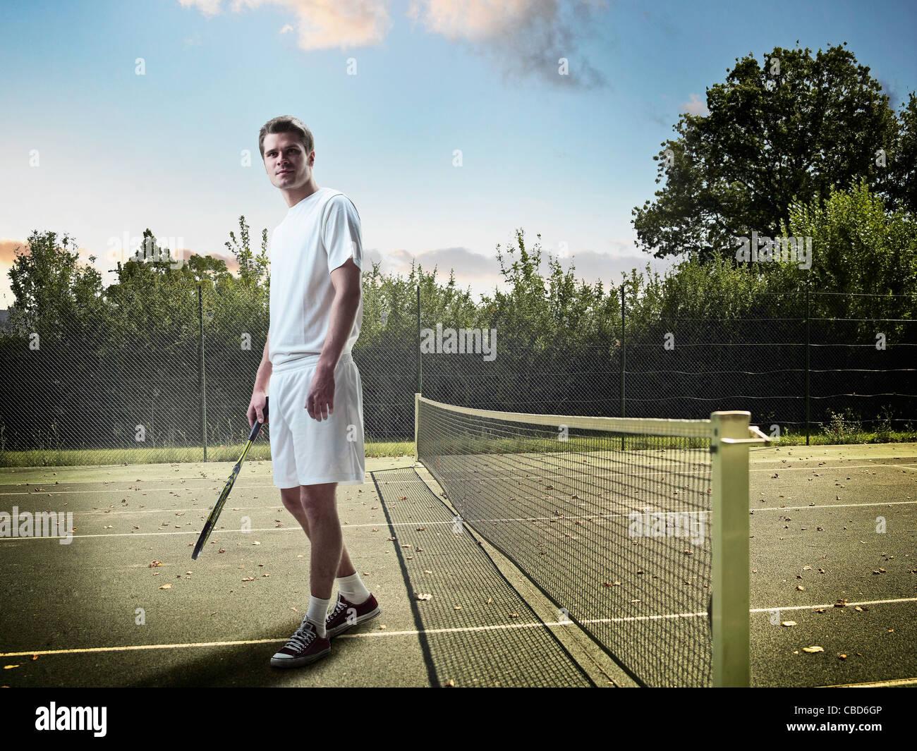 Homme debout sur un court de tennis Photo Stock