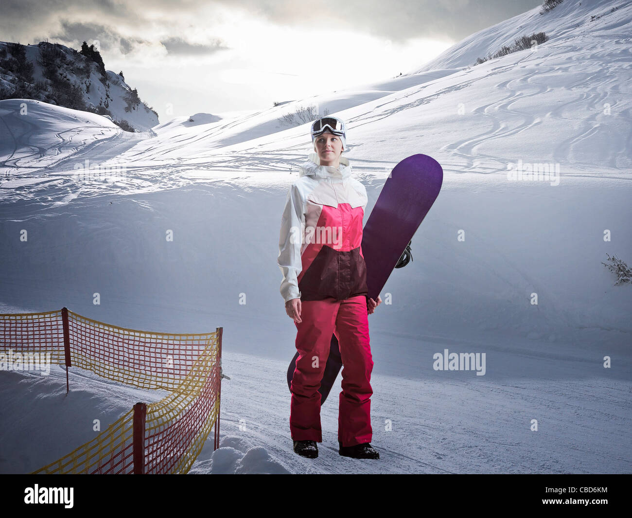 Femme portant des neiges on snowy slope Photo Stock