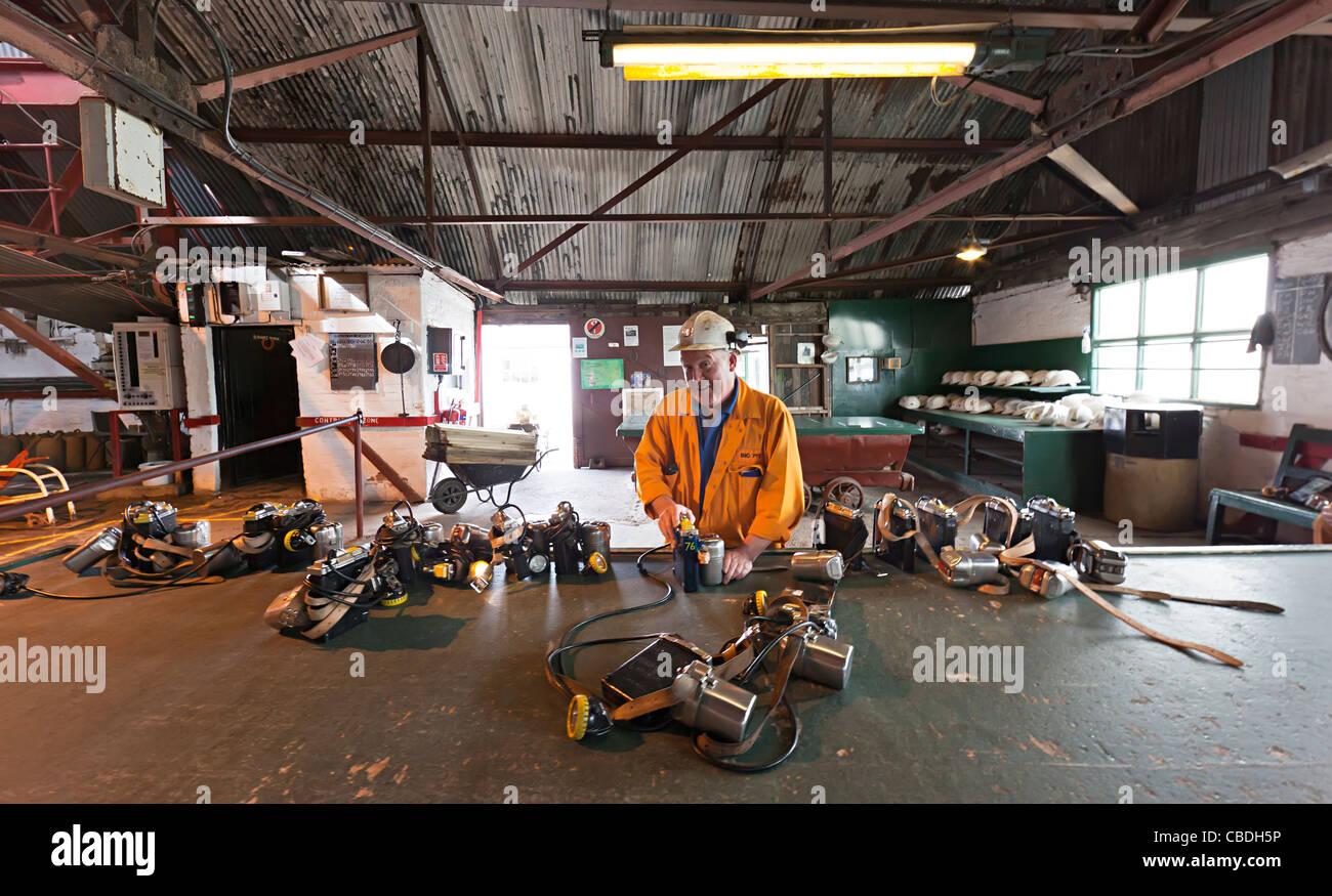 Mineur de charbon travaillant sur les lampes grand puits Samatan Pays de Galles UK Photo Stock