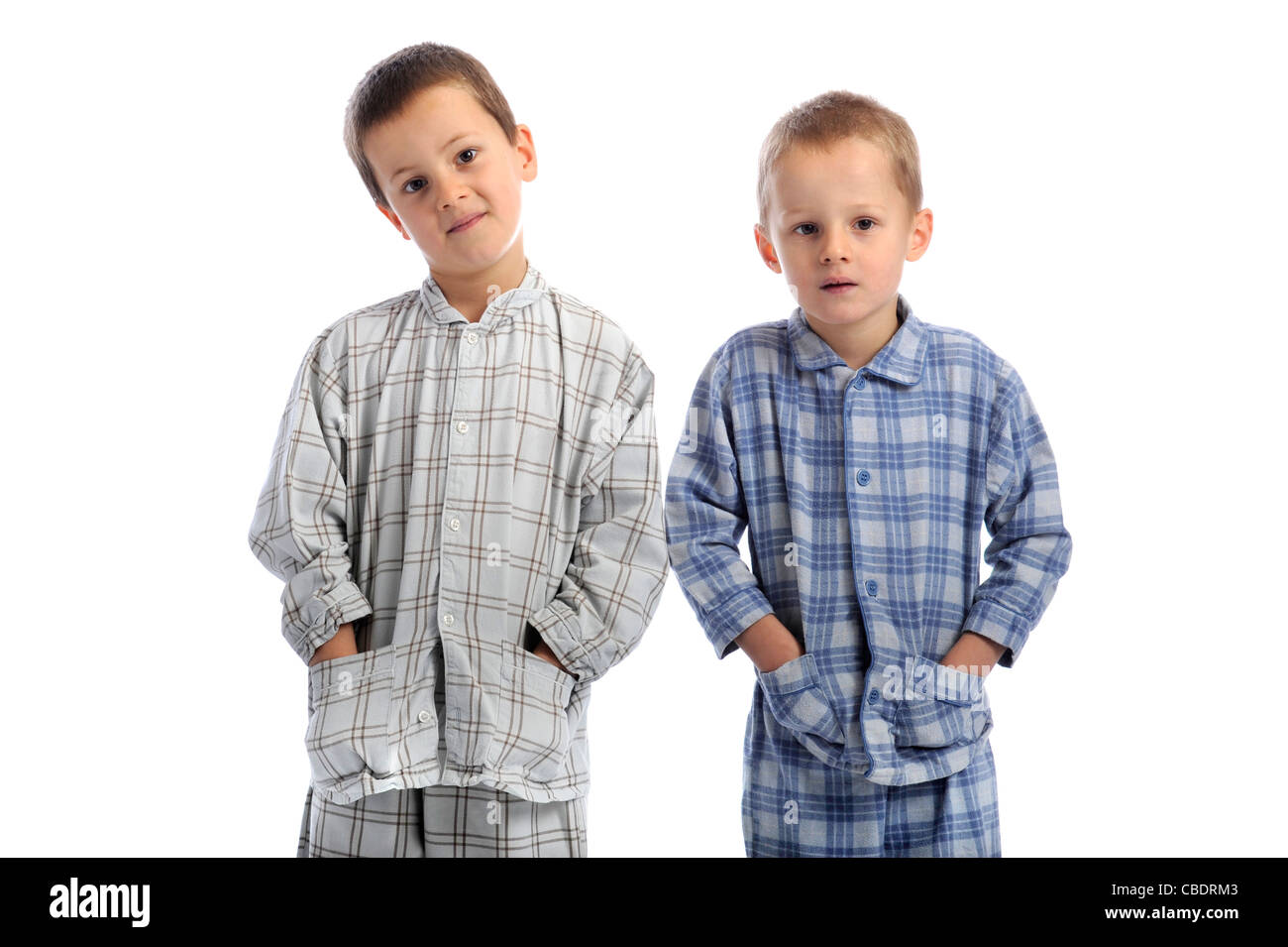 8ed7da61e6f4c Deux petits garçons en pyjama. isolatd sur fond blanc Banque D ...