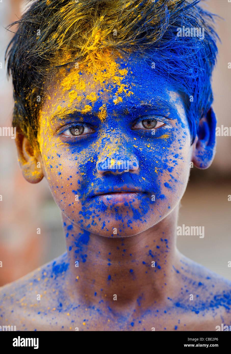 Jeune Indien garçon couvert de pigments en poudre de couleur Photo Stock