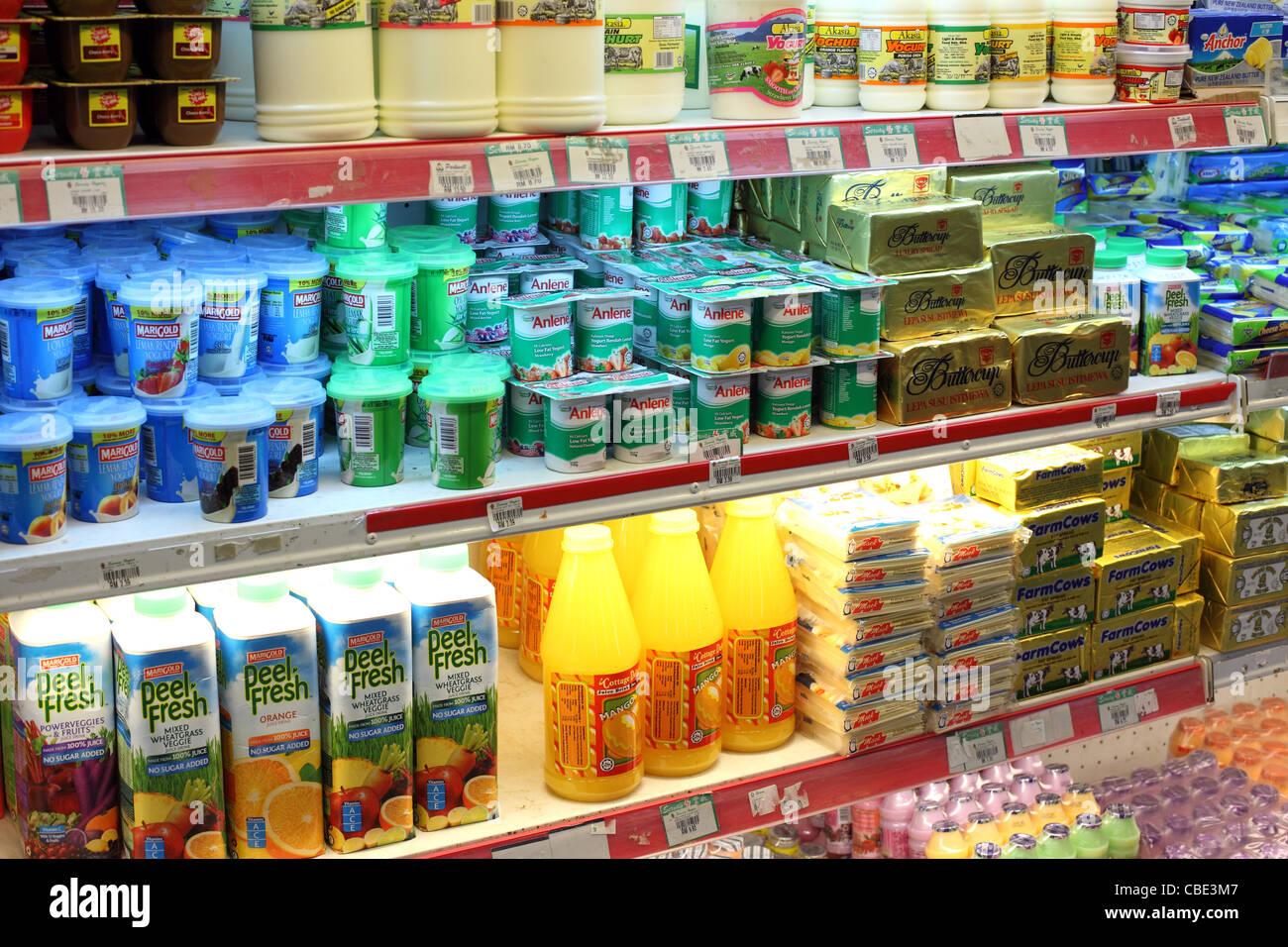 Produits laitiers réfrigérés, yaourts, fruits et jus en vente en  supermarché. Photo Stock 467aa2de0561