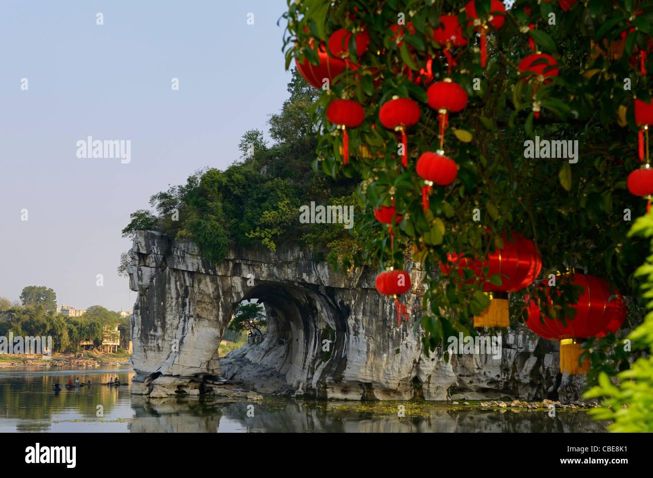 Journée nationale de lanternes rouges avec de l'eau arbre lune grotte de elephant trunk Hill Park sur la Photo Stock