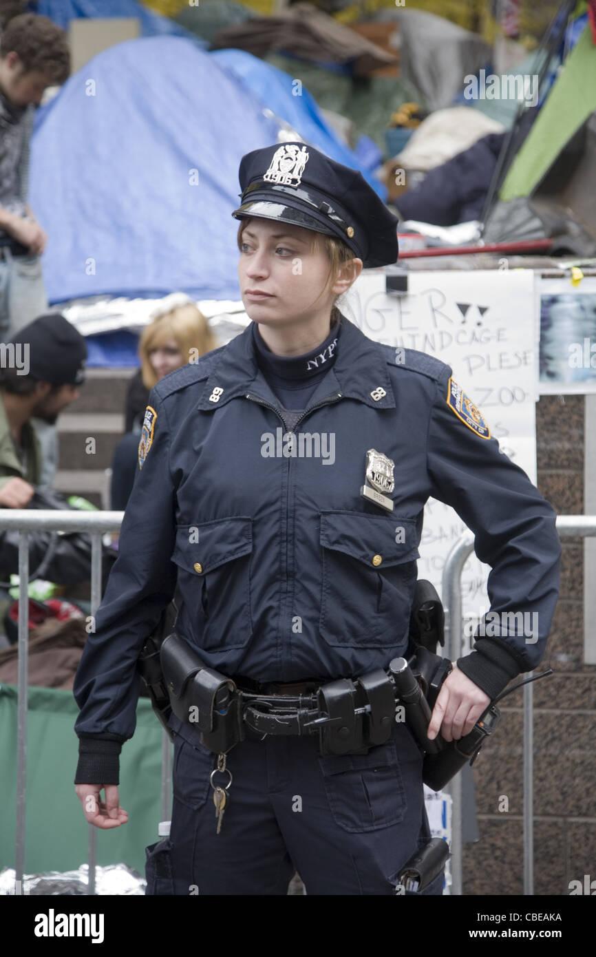 Agent de police de sexe féminin attribué à l'campement Occupy Wall Street. Photo Stock