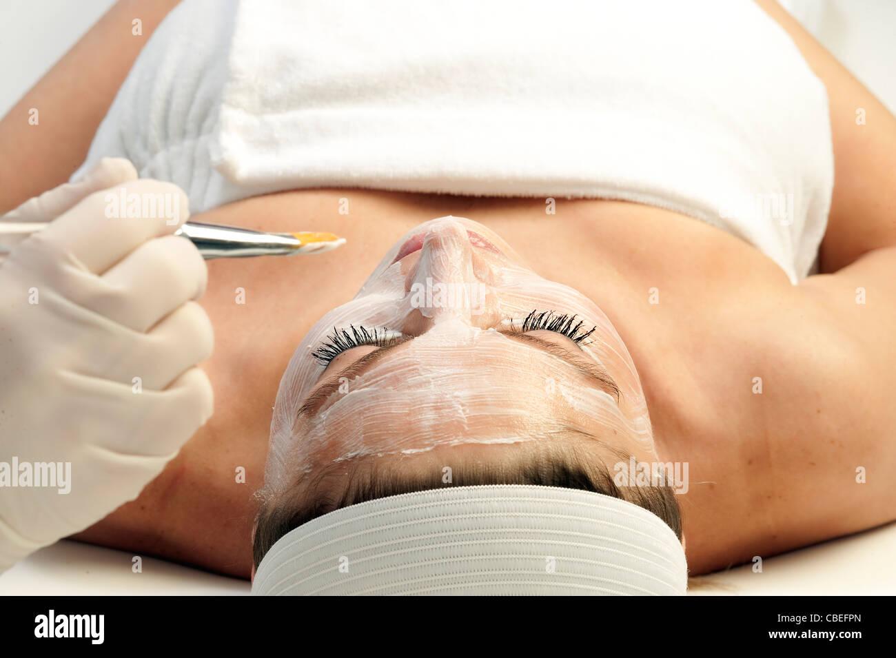 Woman getting a facial treatment dans un spa. Photo Stock