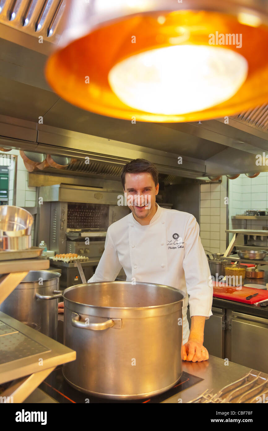 Philippe Mille, Chef de cuisine, dans sa cuisine., membre de la chaîne des Relais & Châteaux, Les Photo Stock