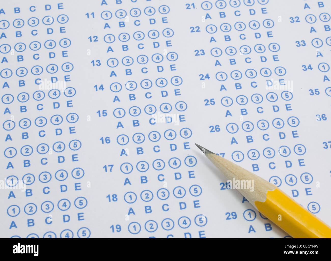 Une feuille de test bulle scantron bleu prêt à être rempli avec un crayon jaune numéro deux. Photo Stock