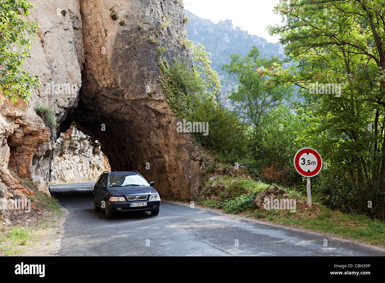 Les conducteurs de voitures au tunnel dans la roche avec restriction de hauteur sur le bas de la route des Gorges Photo Stock
