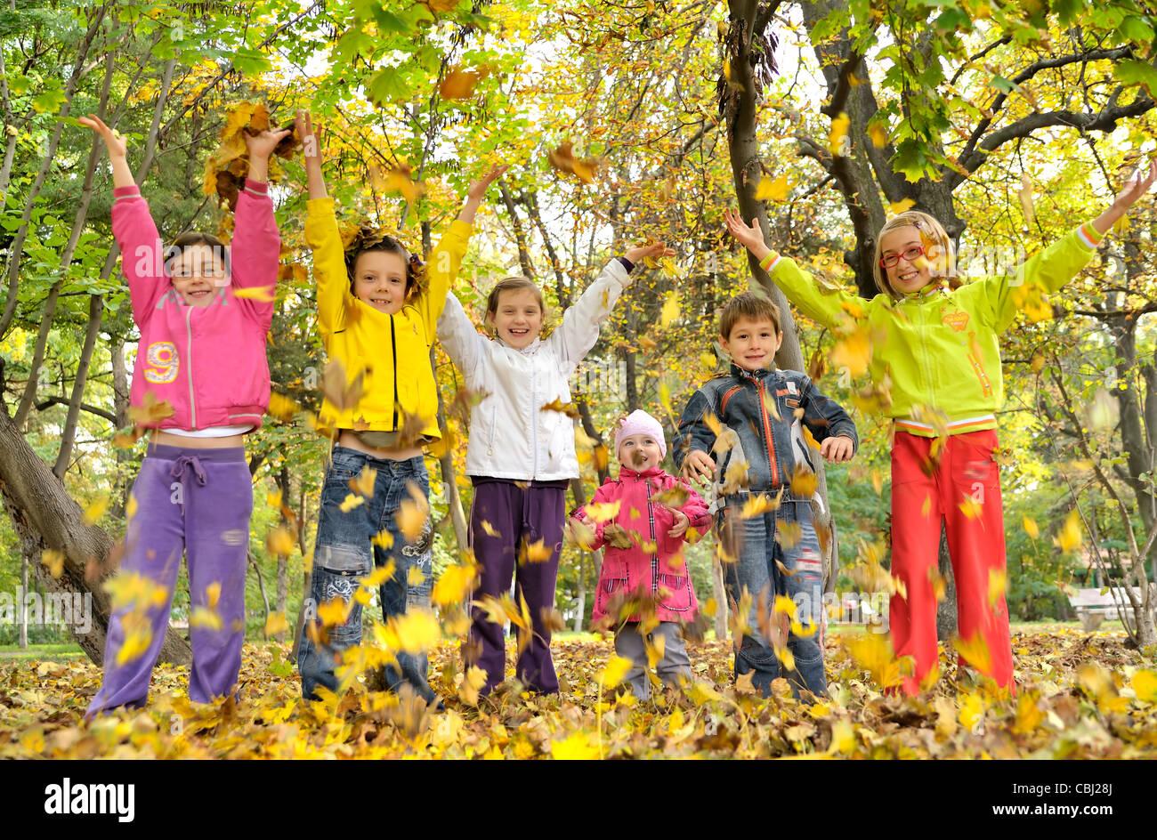 Les enfants jouent avec des feuilles Photo Stock