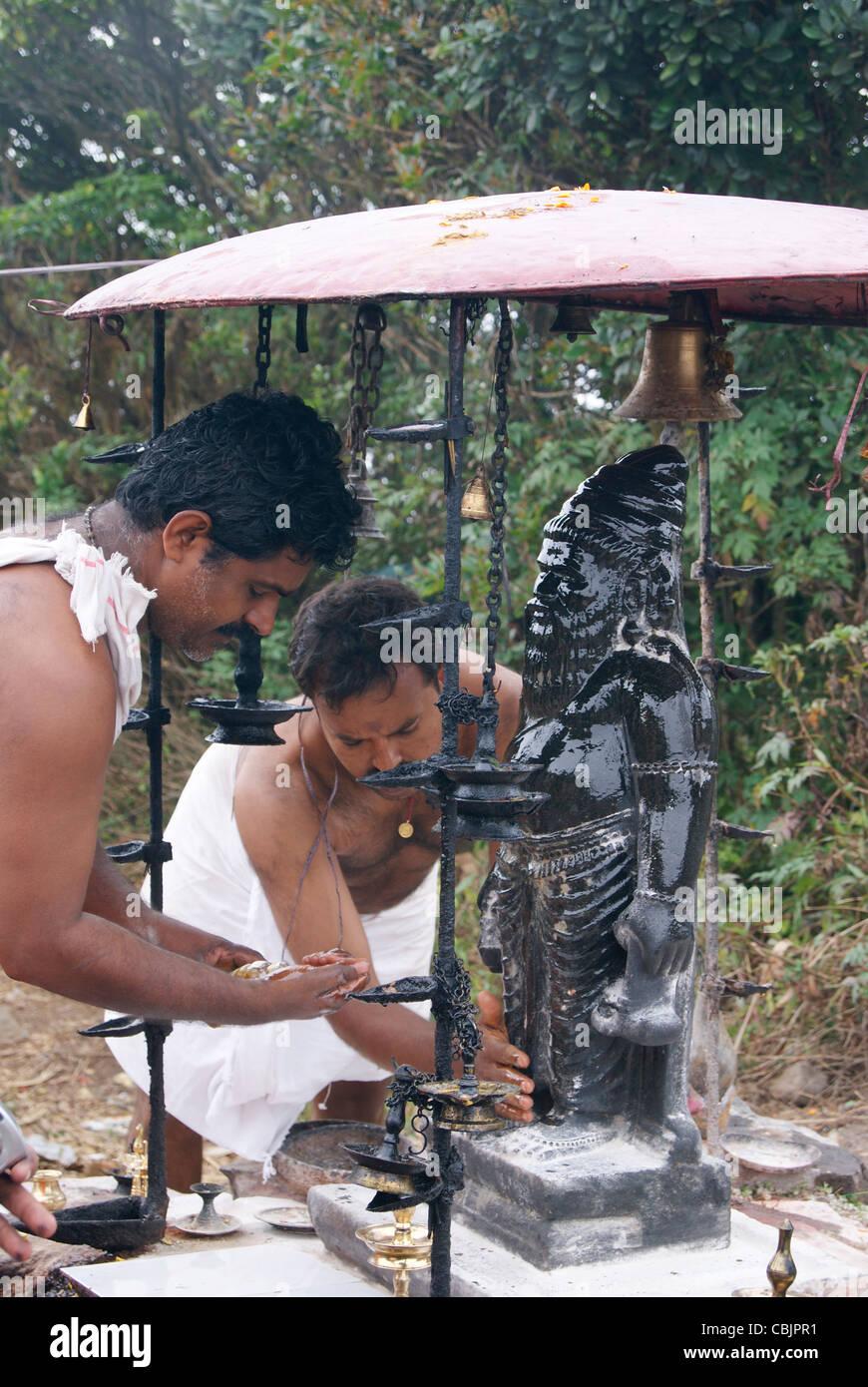Les dévots adorer Sage Agasthya muni statue sur le sommet de la montagne agasthyakoodam Photo Stock