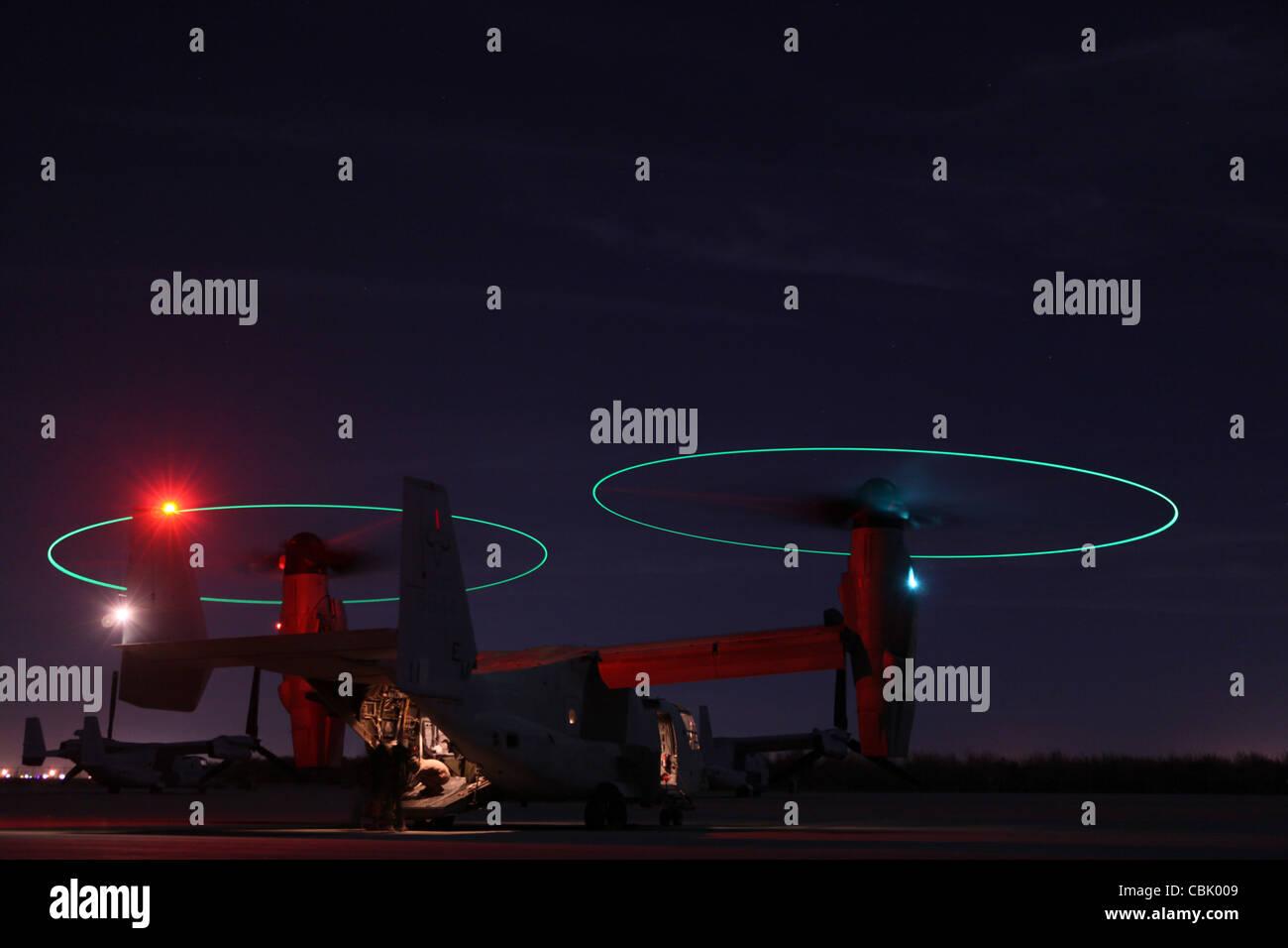 Les armes et les tactiques de l'Aviation maritime Un escadron MV-22 Osprey dans l'exposition de nuit Banque D'Images