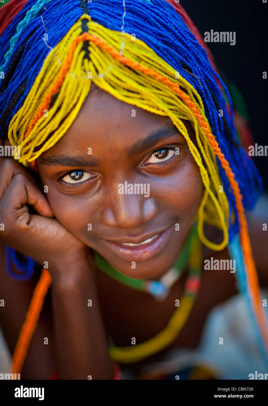 Mudimba Girl avec une perruque de perles appelé Misses Ena, Village d'Combelo, Angola Photo Stock
