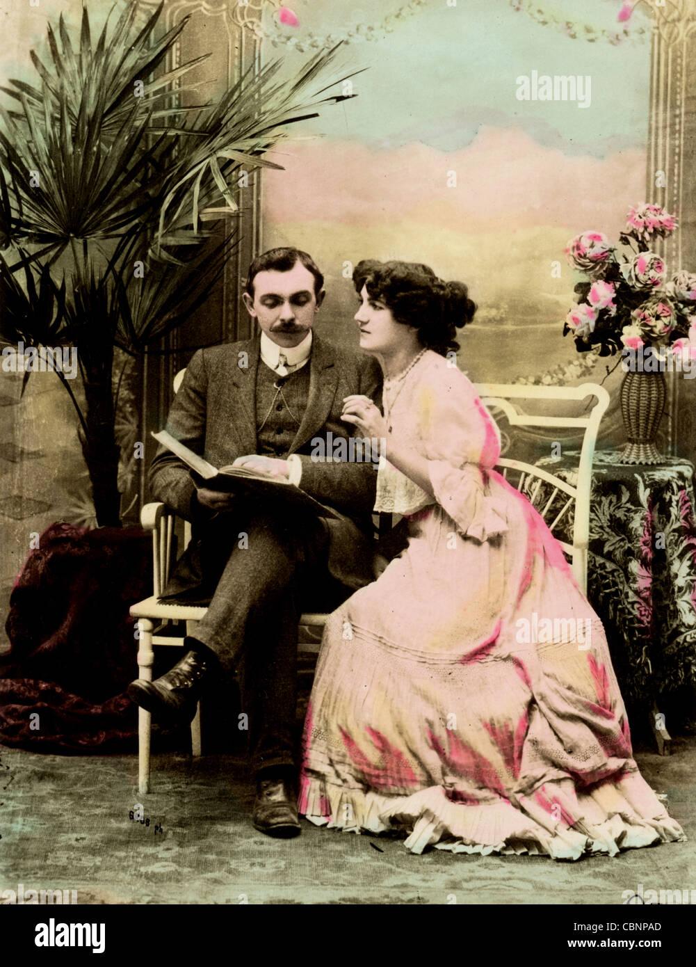 Transformation d'un couple des années 1900 Livre de lecture Banque D'Images