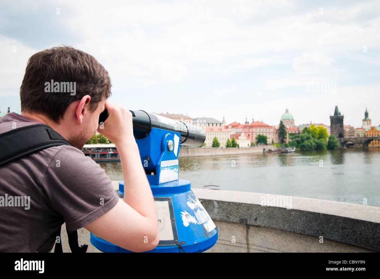 L'homme regarde par Hubble à Prague Photo Stock