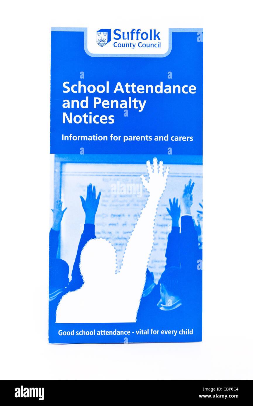 Un dépliant sur la fréquentation scolaire et de mort avis émis lors de l'absence non autorisée Photo Stock
