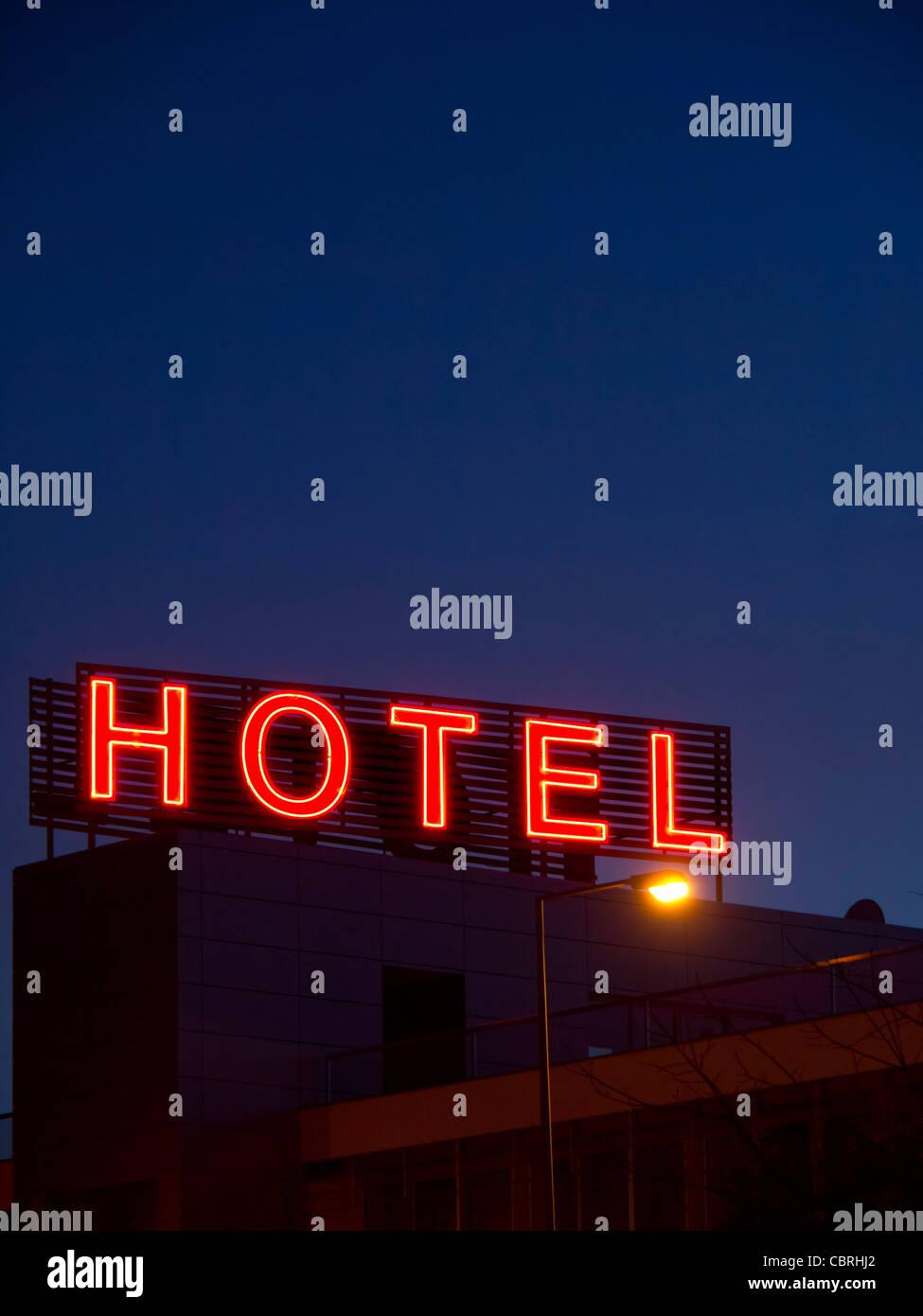Enseigne au néon de l'hôtel par nuit Photo Stock