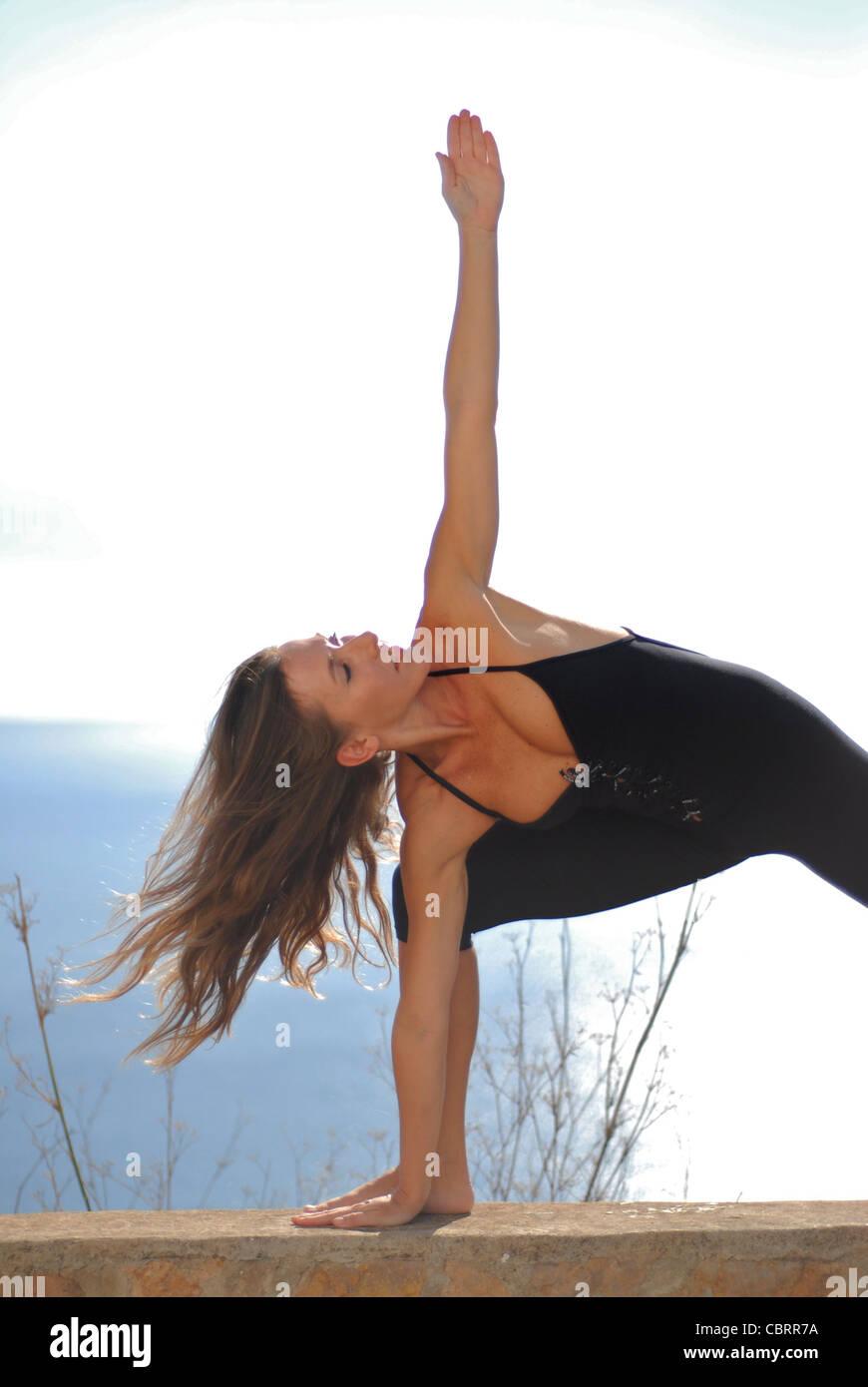 Shiromani Yoga Lena Tancredi, faisant du yoga dans la nature, à Ibiza, Espagne - Photo de Nano Calvo Photo Stock
