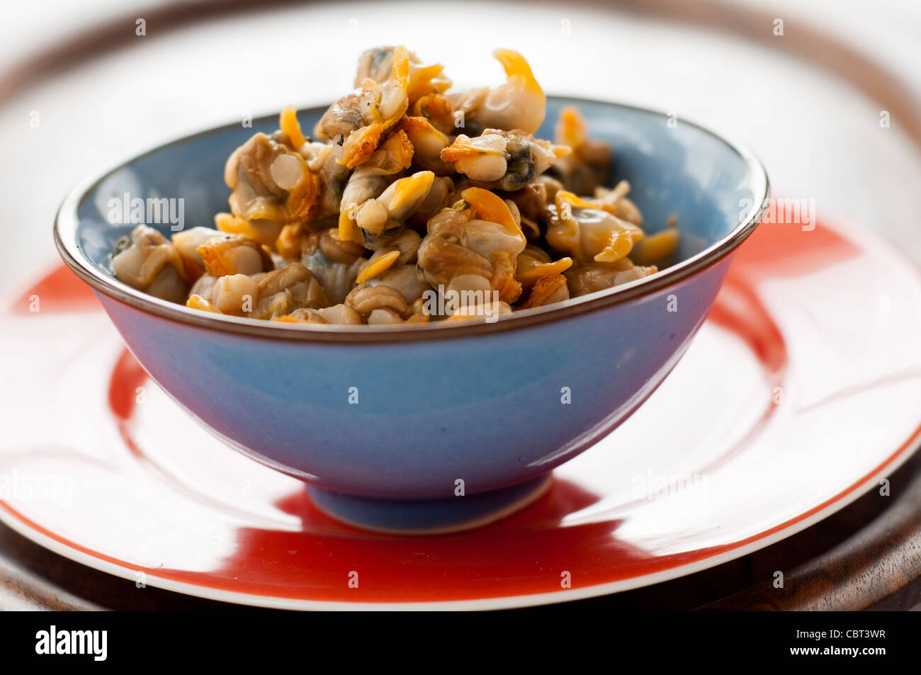 Coques à la vapeur douce simple et servi avec sel et vinaigre Photo Stock