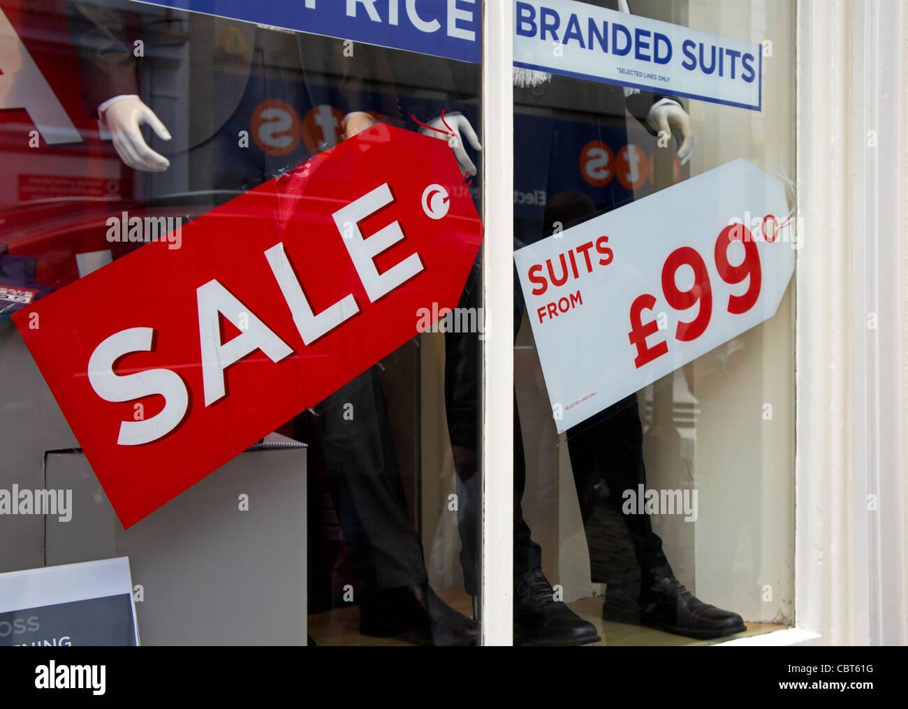 Une vente signe dans un ' MOSS BROS ' shop, UK Banque D'Images