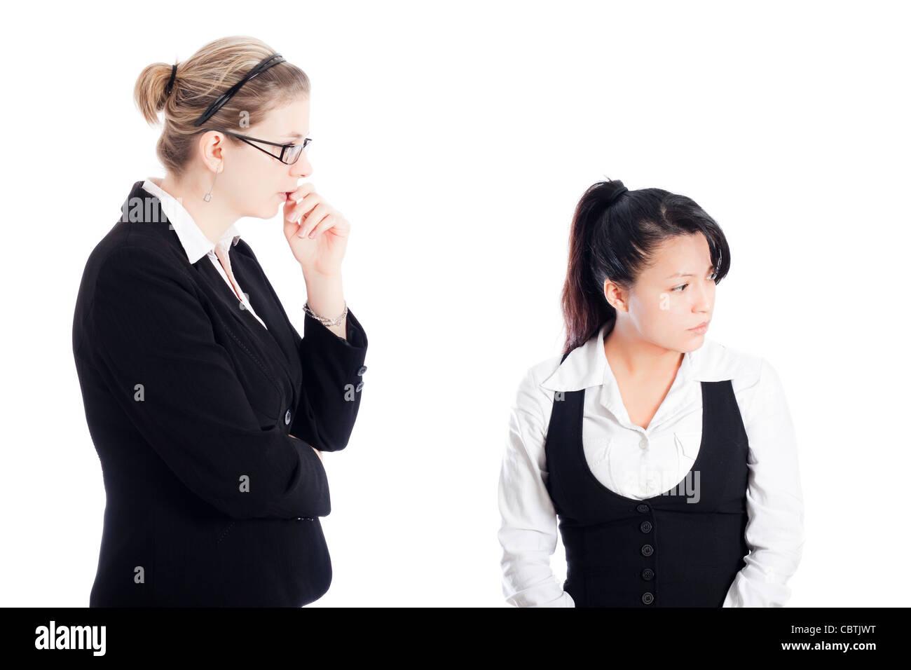 Deux femmes d'affaires axés sur l'invention de nouvelles idées. Isolé sur fond blanc. Photo Stock