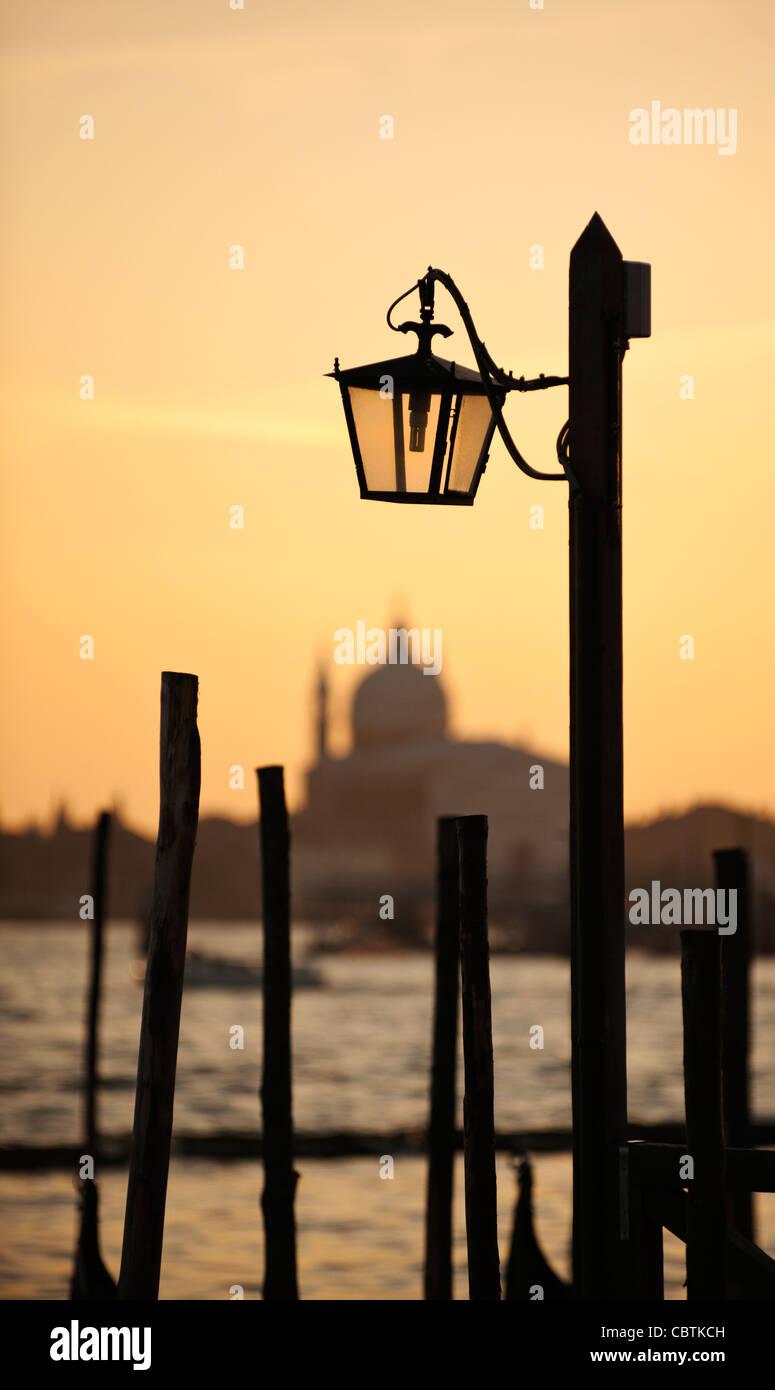 Lampe traditionnelle et la Chiesa del Santissimo Redentore au coucher du soleil, Venise, Vénétie, Italie Photo Stock