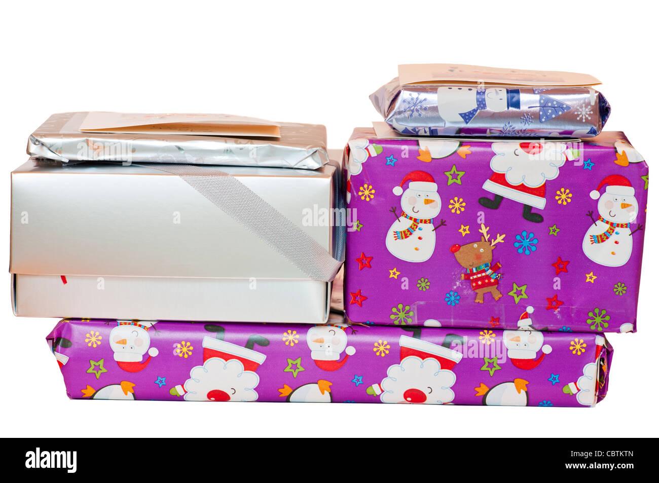Pile de cadeaux de Noël emballés avec du papier cadeau de Noël Photo Stock