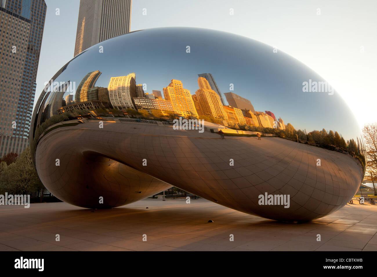 Michigan Avenue skyline reflétée sur Cloud Gate, une sculpture publique créée par l'artiste Photo Stock