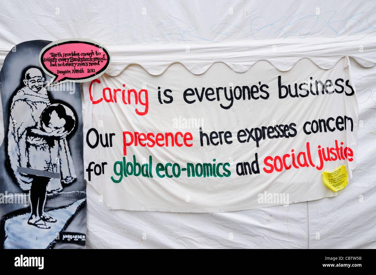 Bannière sur la tente d'information à l'extérieur de protestation contre le capitalisme demo la Cathédrale St Paul, Banque D'Images