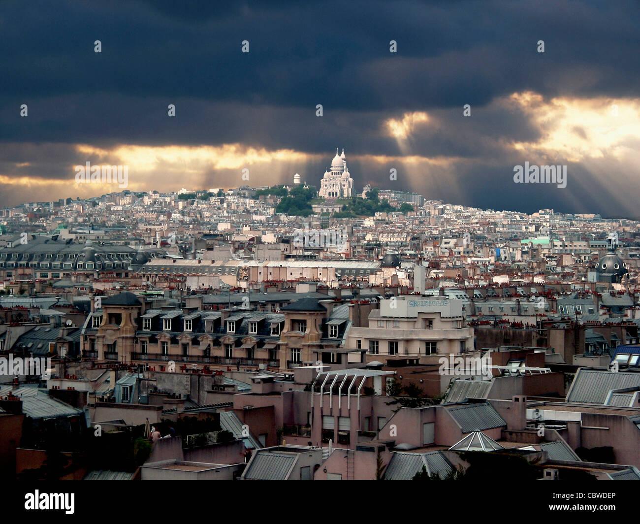 Paris, France, Europe - dans la lumière du soir avec les nuages de tempête Photo Stock