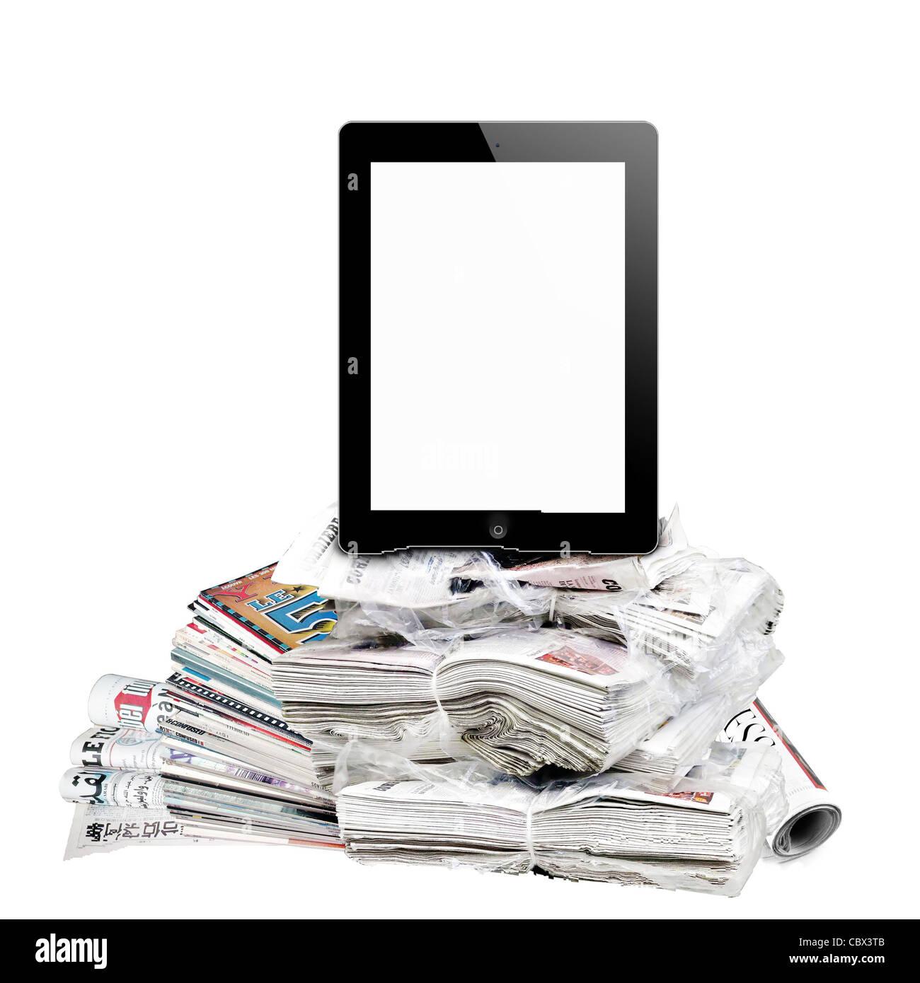 E-reader et journaux isolé sur blanc. Photo Stock