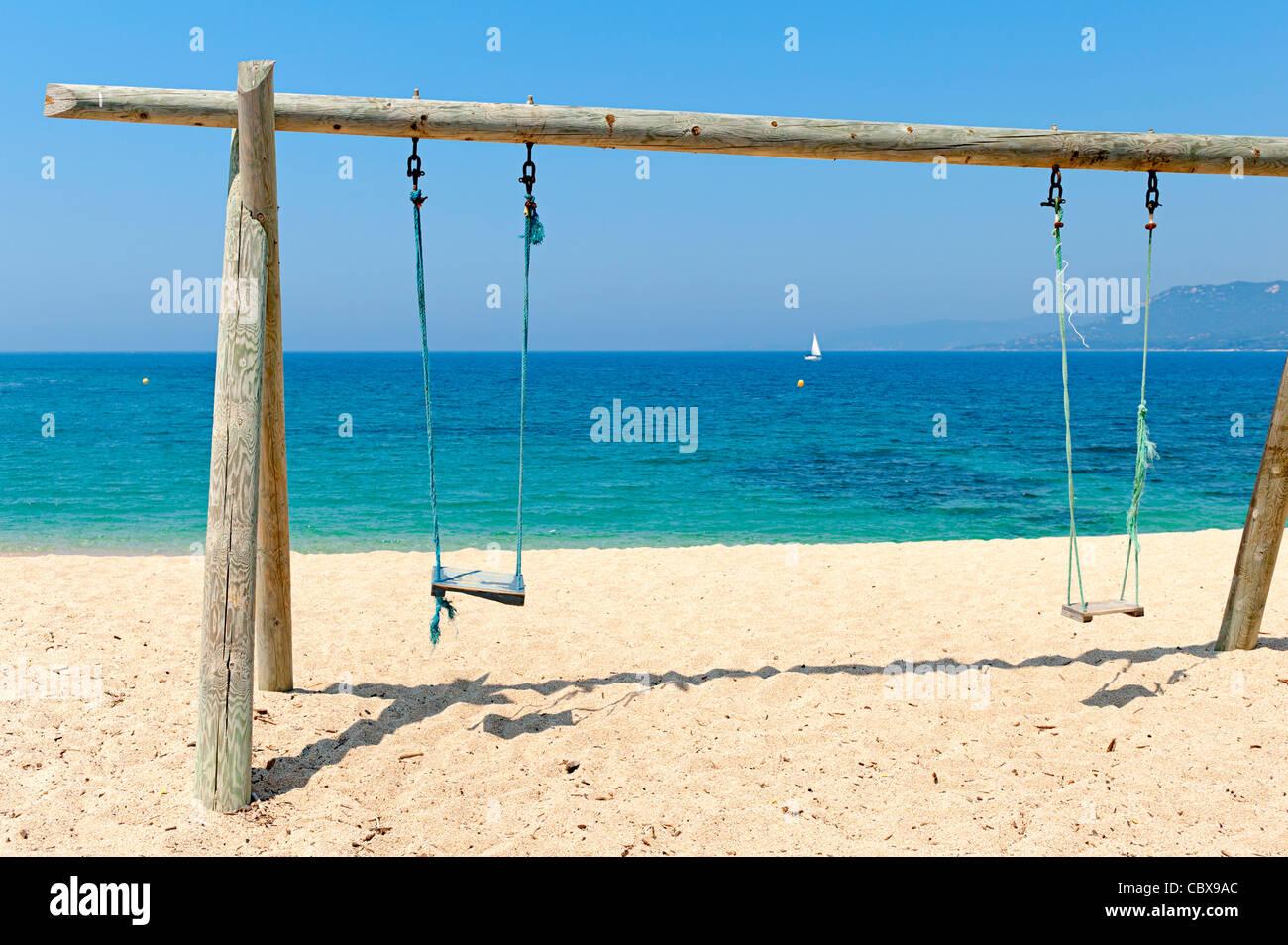 Balancelle Double balancelle double sur la plage par la mer banque d'images, photo