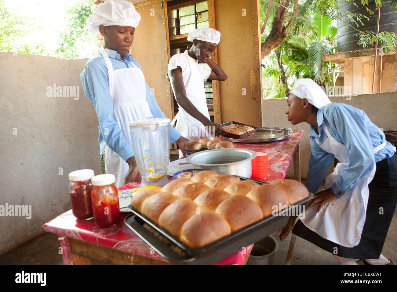 Les élèves fréquentent une classe d'art culinaire dans la région de Morogoro, Tanzanie, Photo Stock