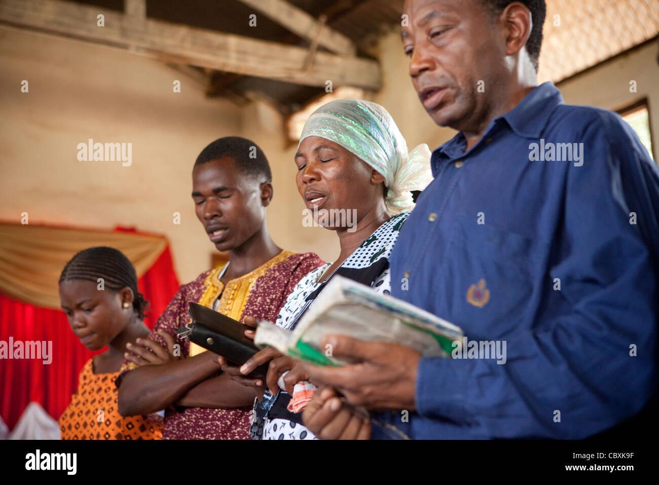 Les paroissiens prient ensemble dans une église de Morogoro, Tanzanie, Afrique de l'Est. Photo Stock