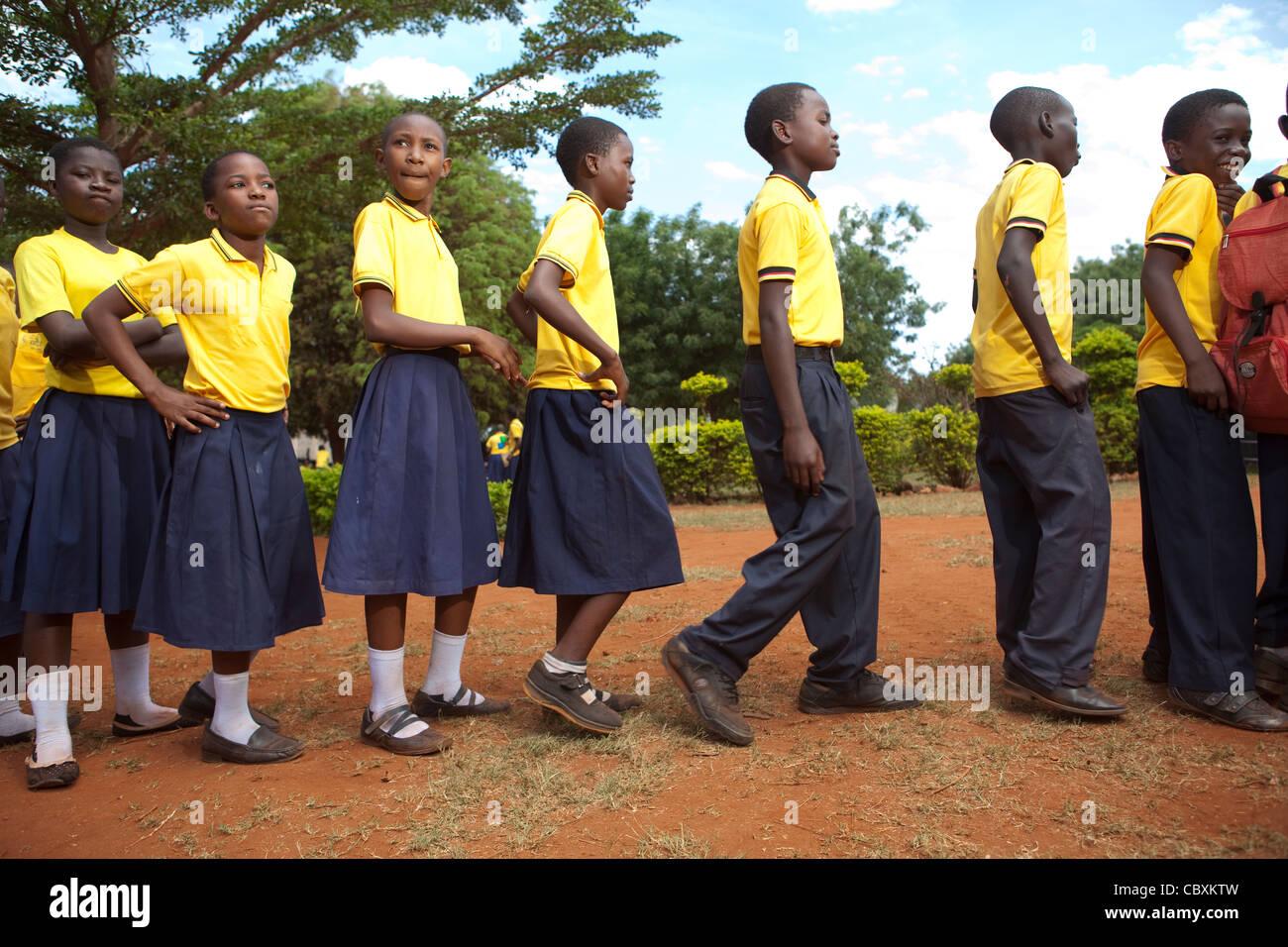 La file d'élèves à se laver les mains dans une école à Morogoro, Tanzanie, Afrique Photo Stock