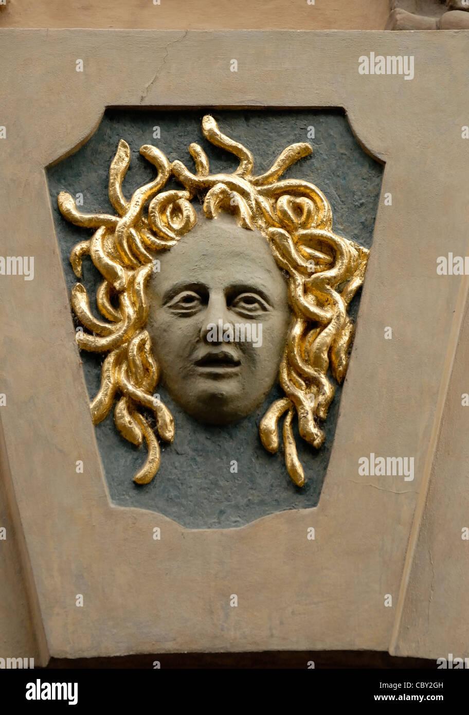 Prague, République tchèque. Maison traditionnelle signe. Medusa à Valkounský dum - Nerudova Photo Stock