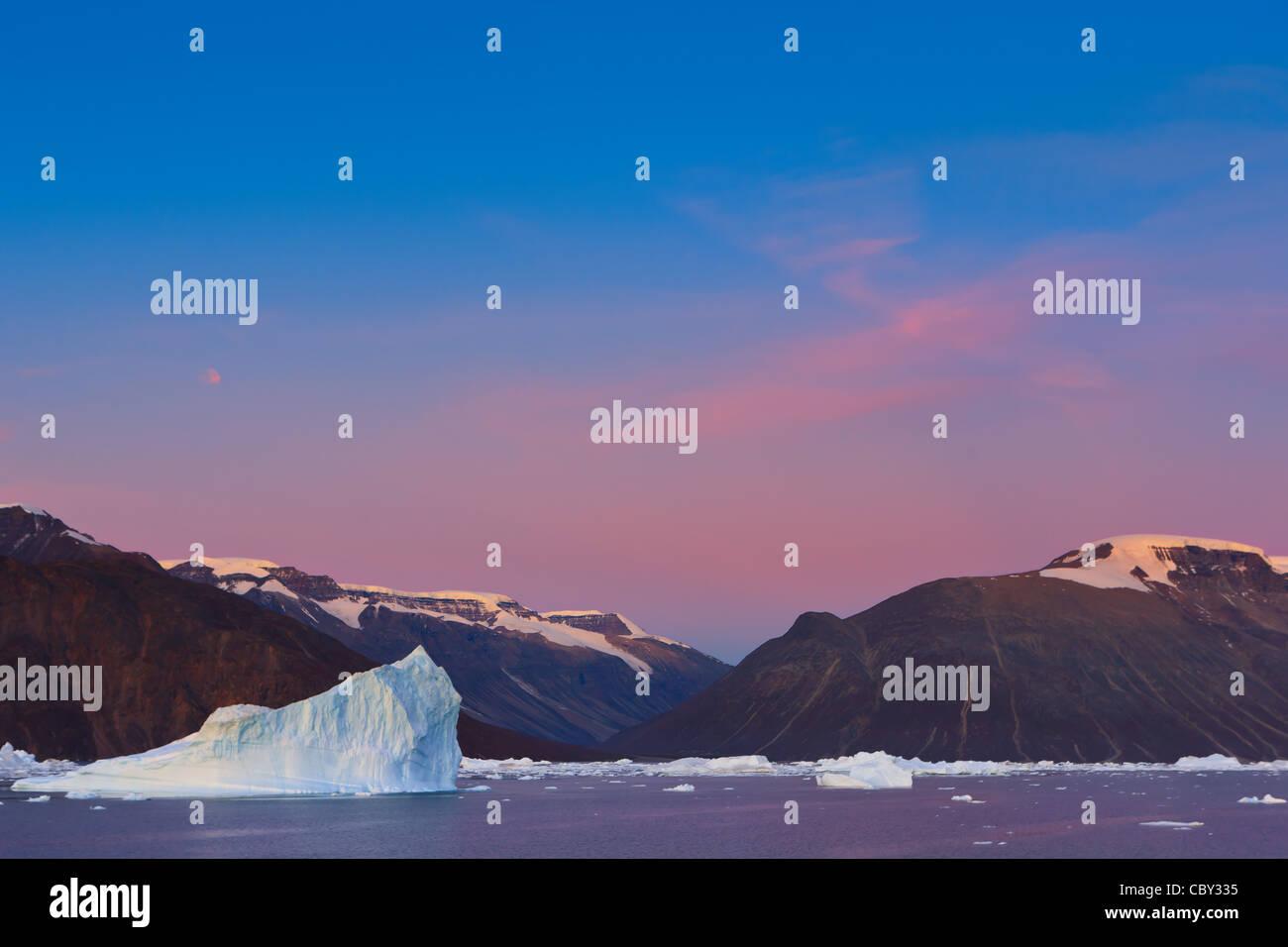 Ice bergs au lever du soleil dans le Rodefjord, Scoresbysund, Groenland Photo Stock
