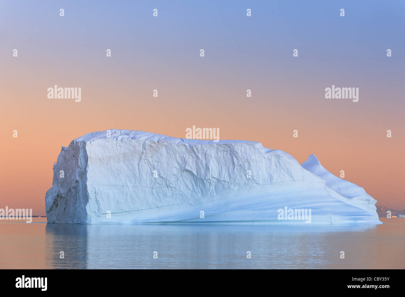 Iceberg au coucher du soleil à Hall Bredning, Scoresbysund, Groenland Photo Stock