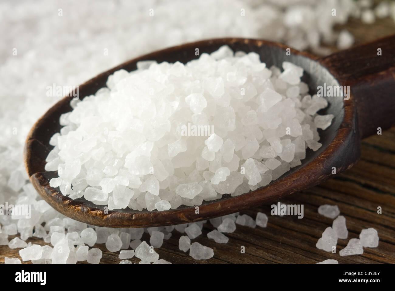 Le sel de mer sur cuillère en bois Photo Stock