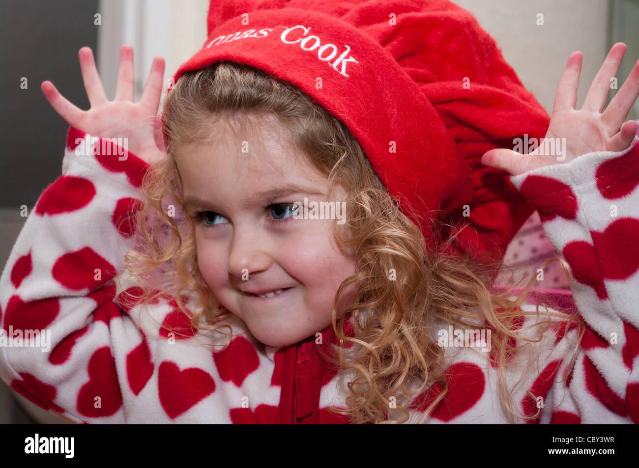 efb63012fdcb Enfant de 3 ans Enfant Bébé fille en tirant une drôle de visage portant un  chapeau