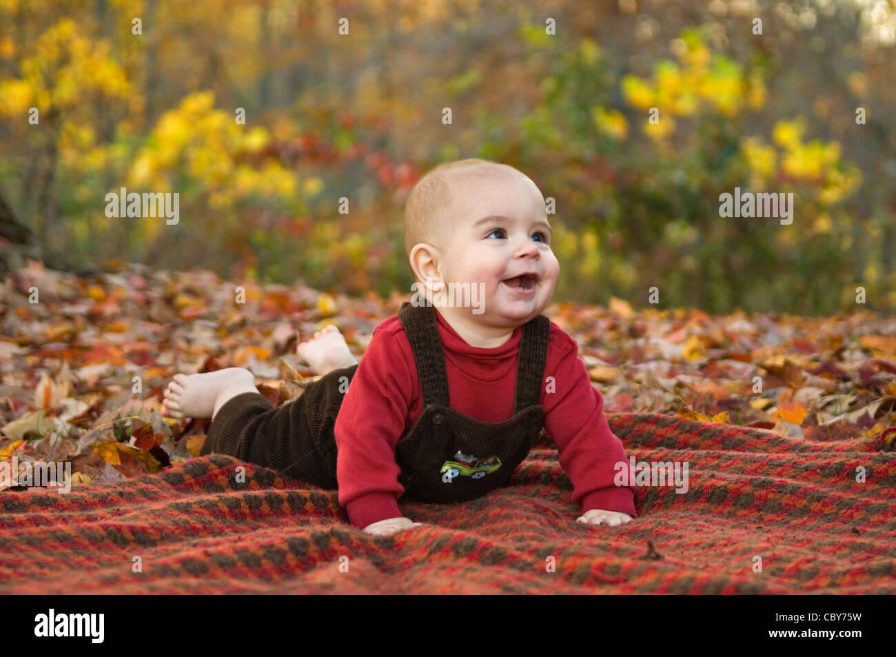 SIx Mois Baby Boy Laying on Blanket En dehors au milieu d'automne Couleur Photo Stock