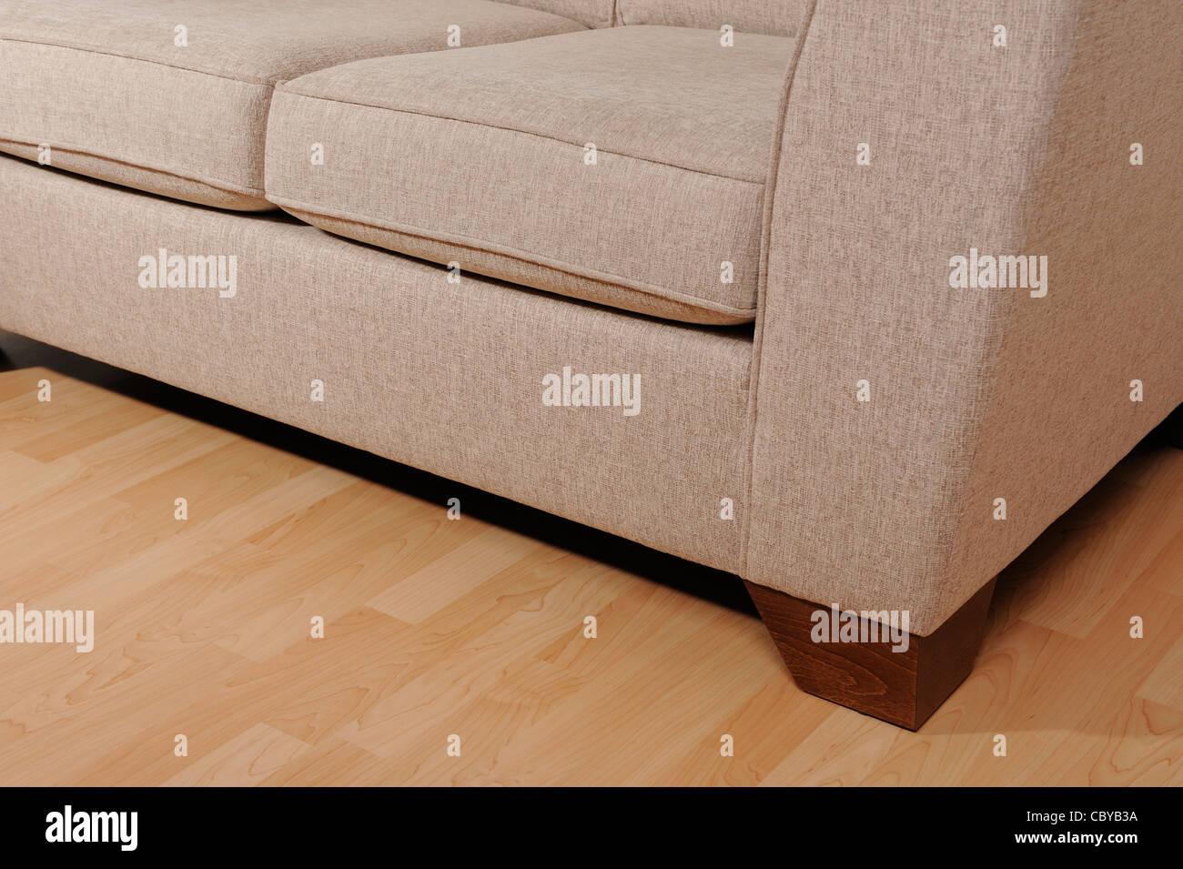 Canapé sur un sol en bois Photo Stock
