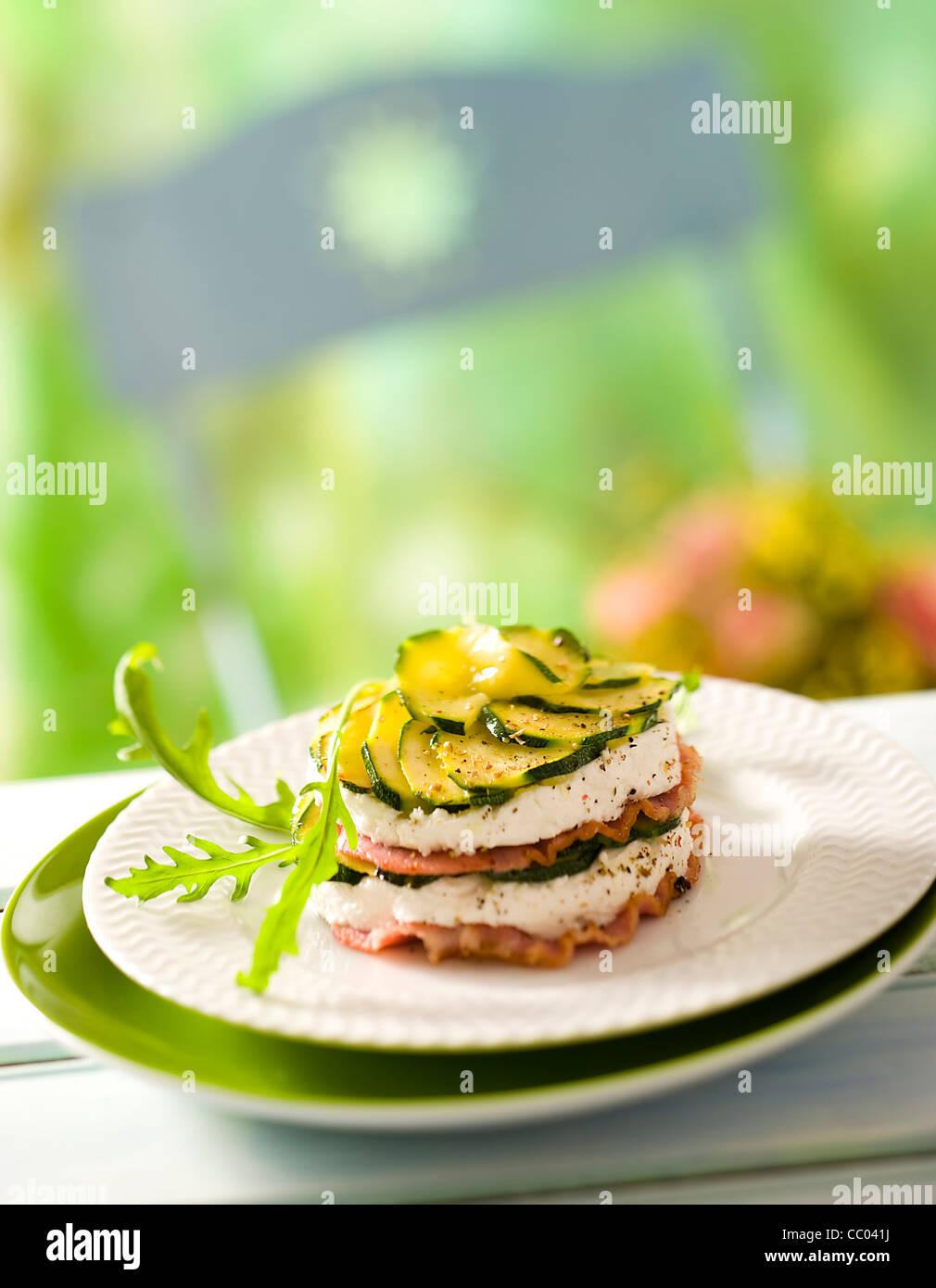 Les courgettes et le fromage de chèvre Mille feuilles Photo Stock