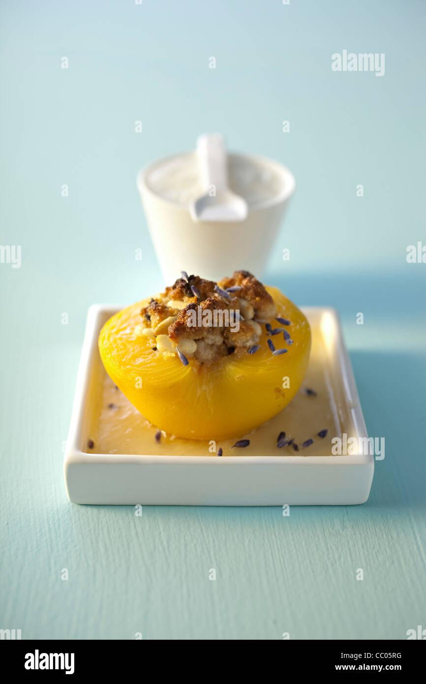 Pêche rôtie avec lavande et Macaron Photo Stock