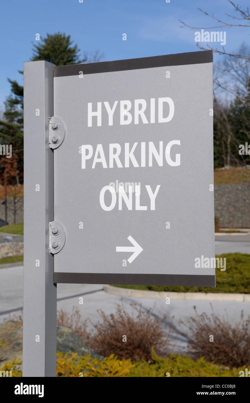 Signe indiquant qu'un parking est disponible pour les voitures hybrides essence-électricité à Photo Stock