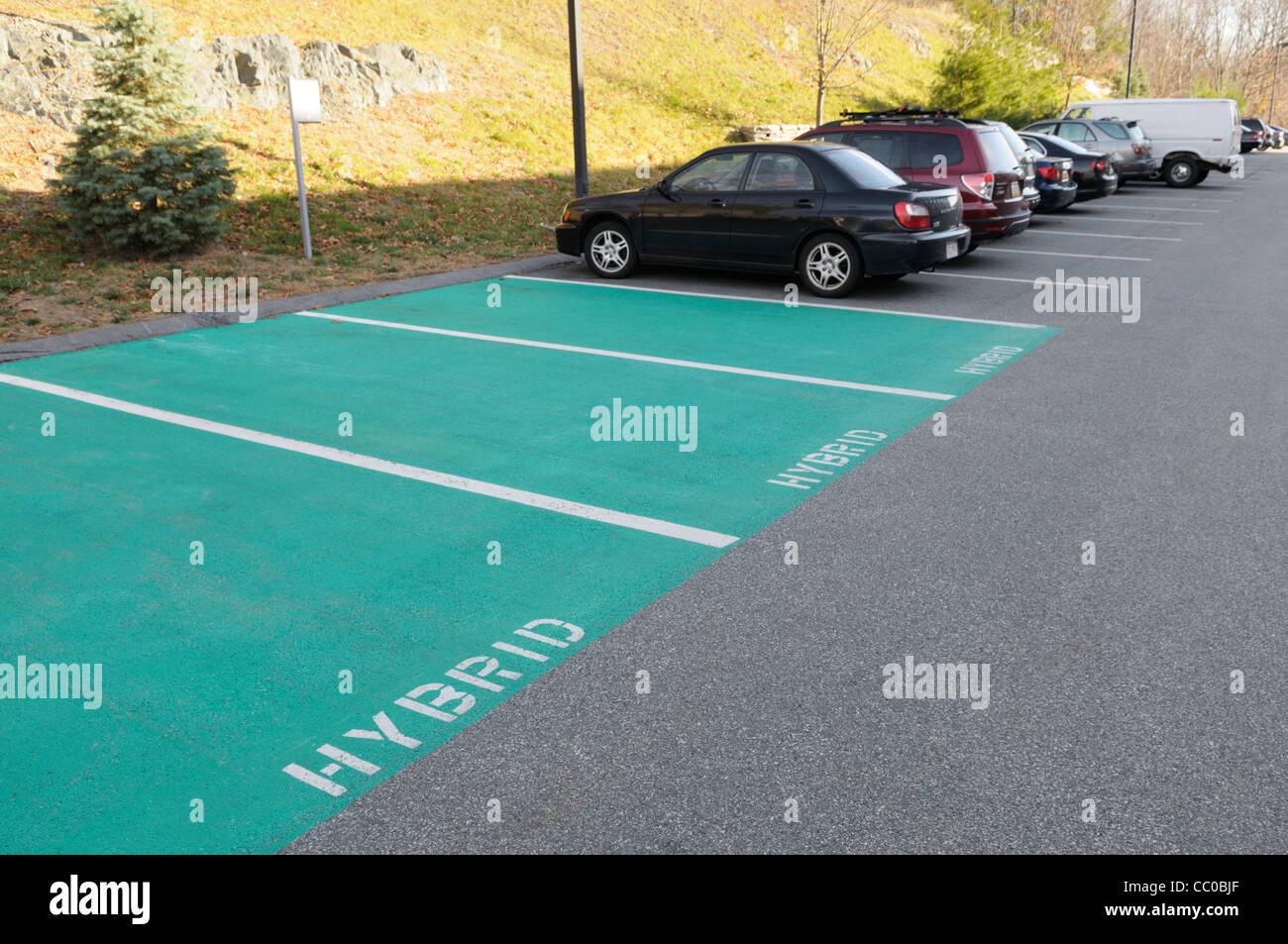 Les places de stationnement réservées aux voitures hybrides essence-électricité à un hôtel Photo Stock