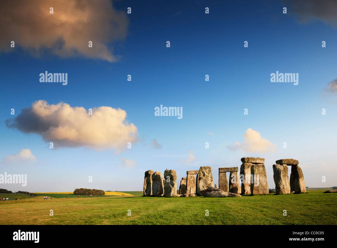 Stonehenge, Wiltshire, Angleterre, sur une belle soirée d'été. Photo Stock