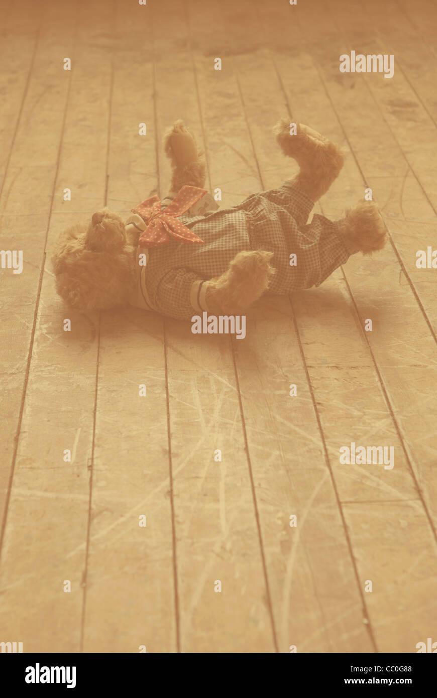 Ours en peluche abandonné sur le sol Photo Stock